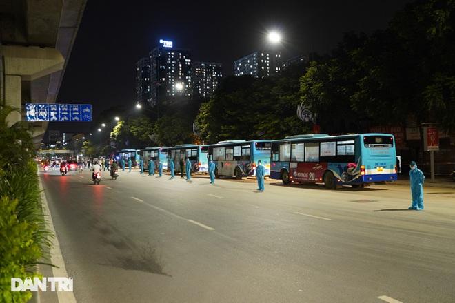 Hình ảnh hàng trăm công dân Hà Nội được di dời khỏi ổ dịch Thanh Xuân Trung