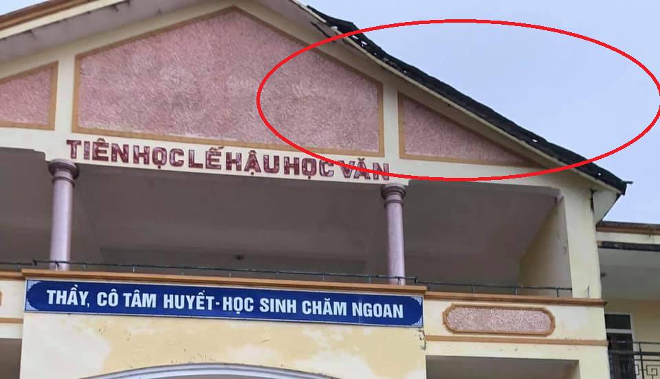Hà Tĩnh: Mái phòng học trường cấp 3 đổ sập trong cơn mưa