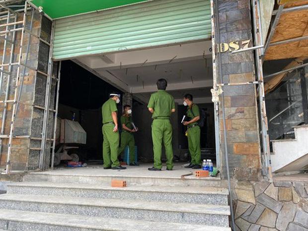 TP.HCM: Bắt 5 người đang trèo tường vào trộm đồ, 2 người dương tính SARS-CoV-2 - ảnh 1