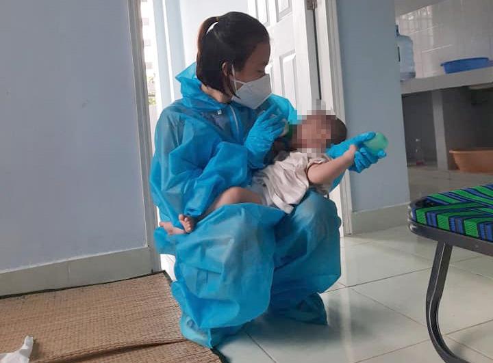 Bỗng dưng thành 'cha mẹ nuôi' của hai bé 3 tháng tuổi bị nhiễm Covid-19