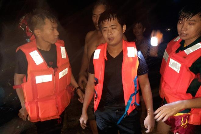 Hai công nhân bị nước lũ cuốn khi đang vội về nhà trước bão