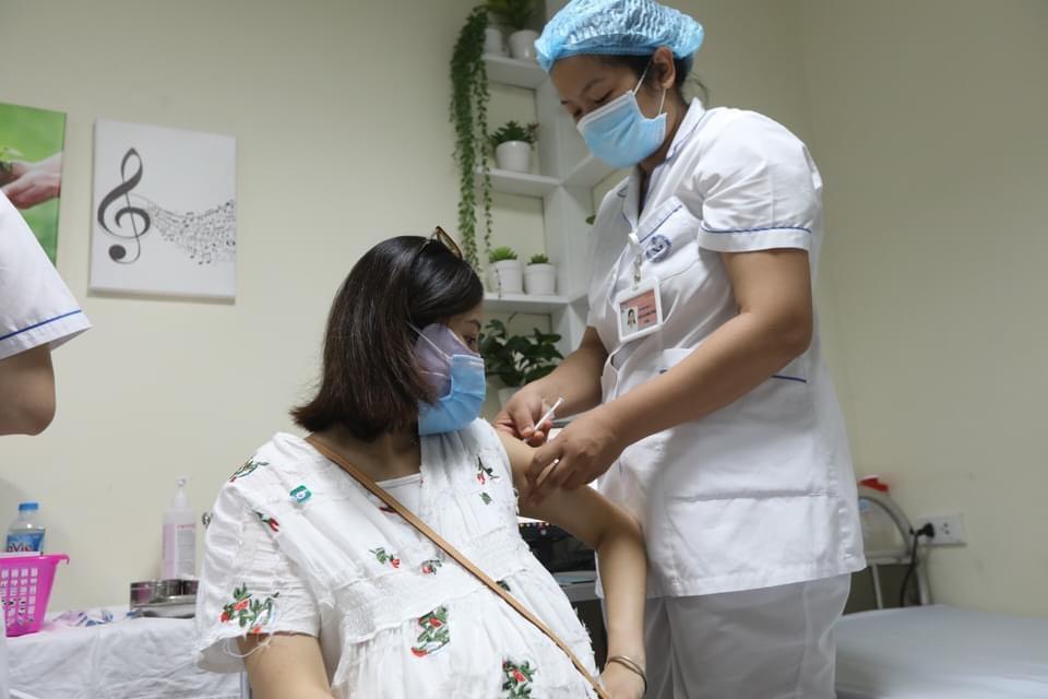 Khẩn trương tiêm vaccine COVID-19 cho phụ nữ mang thai trên 13 tuần - ảnh 1
