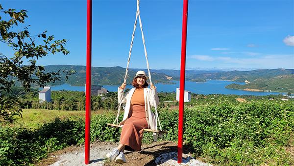 Nữ CEO bỏ cuộc sống nhàn nhã nơi phố thị lên rừng sớm hôm cuốc đất làm vườn - ảnh 1