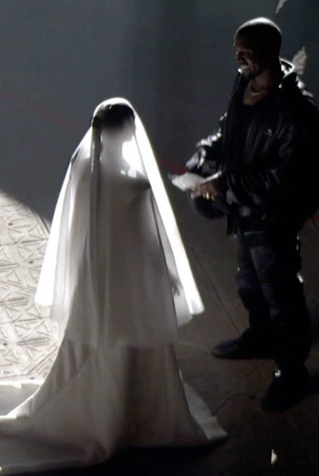 Kim Kardashian hóa thân cô dâu Balenciaga trong buổi trình diễn của Kayne West