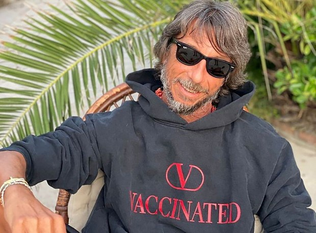 Valentino bán mẫu áo ủng hộ chiến dịch tiêm chủng COVID-19 toàn cầu - ảnh 1
