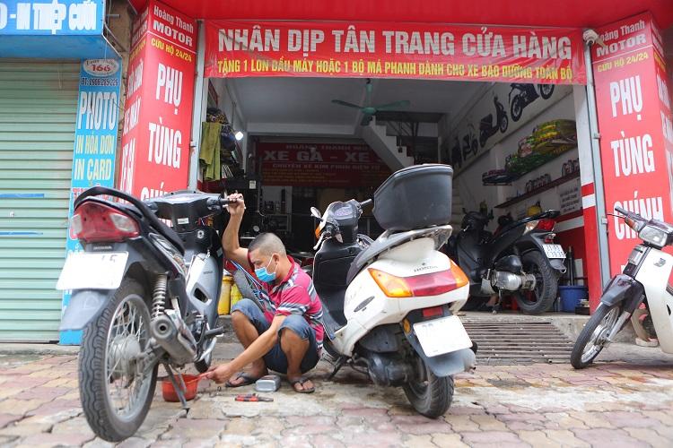 Nhiều cửa hàng sửa xe ở Hà Nội từ chối khách vì quá tải ngay sau khi mở cửa trở lại