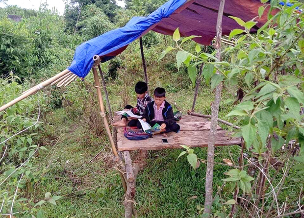 """Phụ huynh lên núi dựng lán tạm cho con """"bắt sóng 3G"""" học online"""
