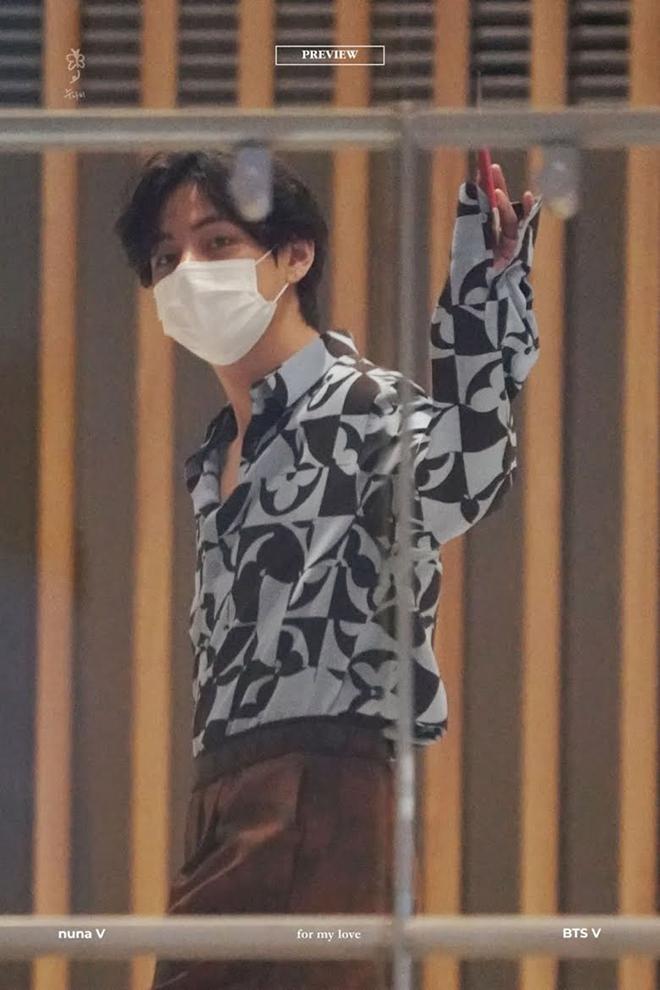 V BTS lại độc quyền diện trang phục chưa ra mắt của Louis Vuitton tại sân bay