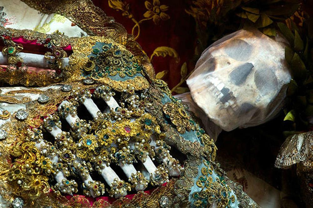 """""""Hài cốt đắt giá bậc nhất thế giới"""" được tìm thấy trong ngôi mộ mê cung: Vàng bạc, châu báu đếm không xuể"""