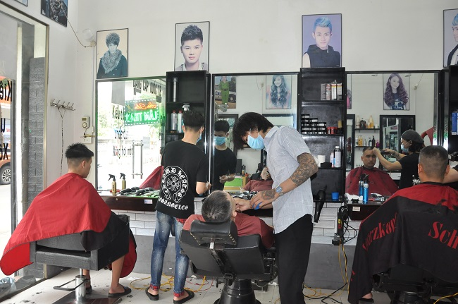 Người dân xếp hàng chờ cắt tóc sau gần 2 tháng thực hiện cách ly toàn xã hội