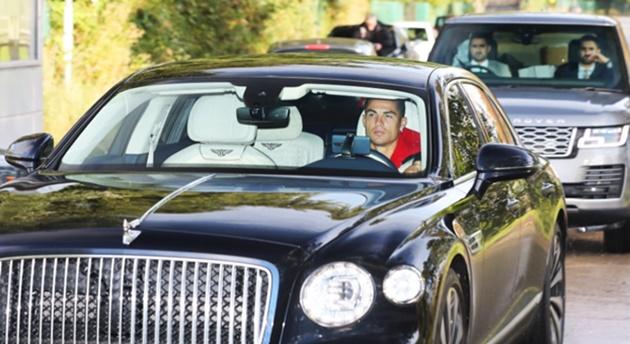 Ronaldo lạnh lùng trong siêu xe Bentley, vệ sĩ hộ tống đến tận sân tập