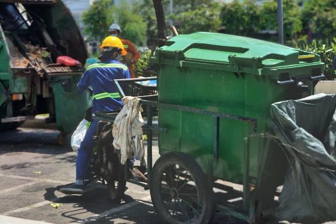 Công nhân thu gom rác ở Đà Nẵng được ưu tiên tiêm vắc xin