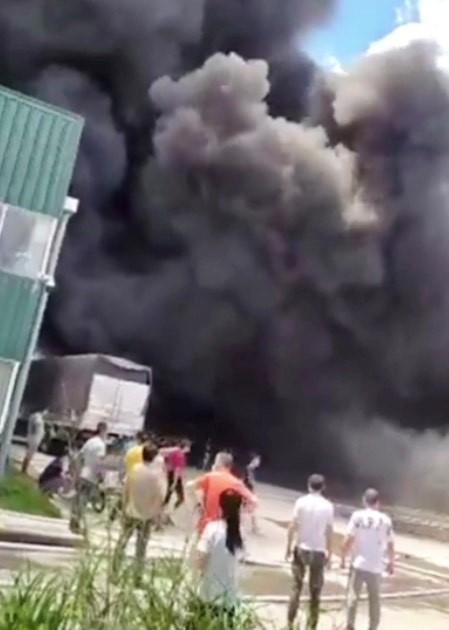 Đang cháy lớn trong khu công nghiệp ở Bình Dương - ảnh 1