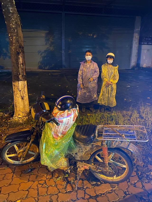 Đi 300km về chịu tang cha, 2 anh em xin qua chốt kiểm dịch và cuộc gặp bất ngờ trong đêm - ảnh 1