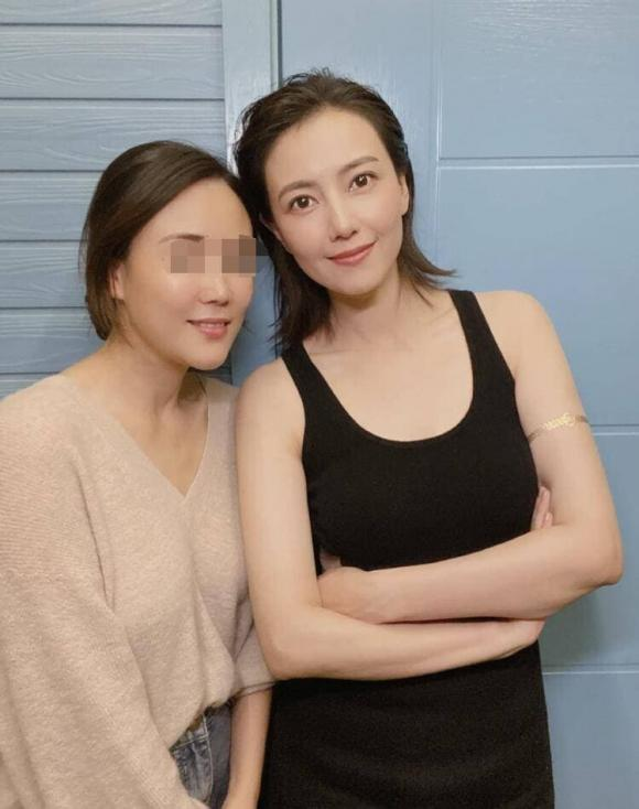 """Cao Viên Viên chụp ảnh với người qua đường khoe nhan sắc không tì vết tuổi 41, bảo sao """"Dạ Hoa"""" Triệu Hựu Đình nói """"Trừ bà xã, cả Dương Mịch cũng là đàn ông"""""""