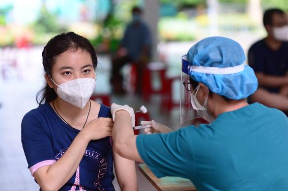 Người dân TP.HCM chỉ cần nhắn tin để đăng ký tiêm vét vắc xin mũi 1
