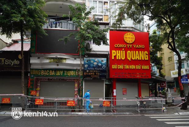 Ảnh: Phong toả 5 tiệm vàng trên phố Trần Nhân Tông sau ca dương tính SARS-CoV-2