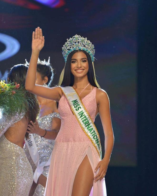 Nhan sắc bốc lửa của Hoa hậu Quốc tế Dominica