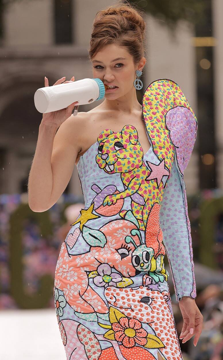 Moschino mang màu sắc và hoạt hình đến bộ sưu tập Xuân/Hè 2022