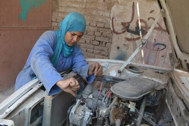 Cô gái Ai Cập đầu tiên trở thành thợ sửa ô tô được Tổng thống vinh danh