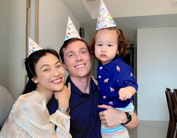 Hoàng Oanh tổ chức tiệc thôi nôi ấm cúng cho con trai tại Singapore