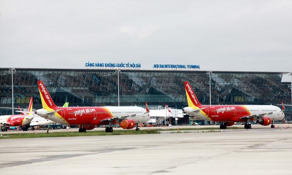 Giá sàn vé máy bay: 3 hãng ủng hộ, 2 hãng phản đối