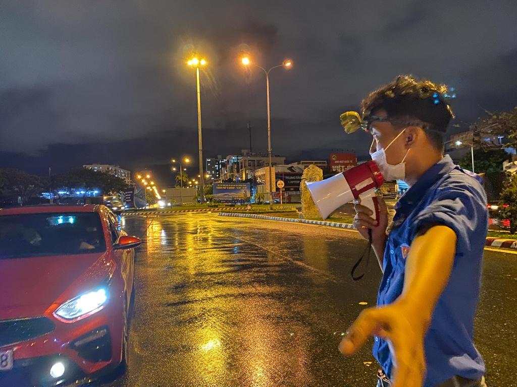 Nữ sinh sắp xếp việc học, dầm mưa bám chốt chống dịch Covid-19