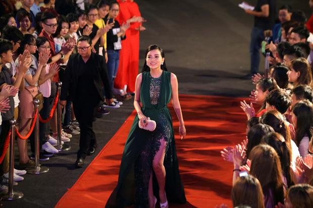 """Chiếc đầm này """"nguy hiểm"""" tới mức nào mà khiến Cao Thái Hà phải bỏ về giữa lễ trao giải?"""