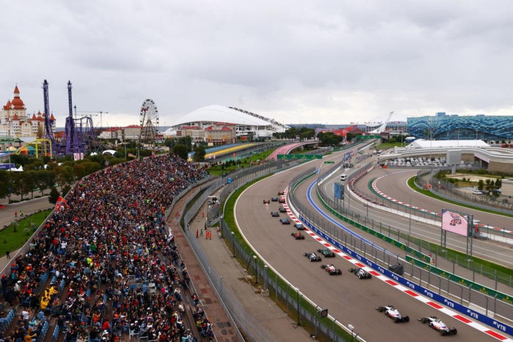 Nhờ đối thủ mắc sai lầm ngớ ngẩn, Hamilton lập kỷ lục F1 chưa từng có trong lịch sử