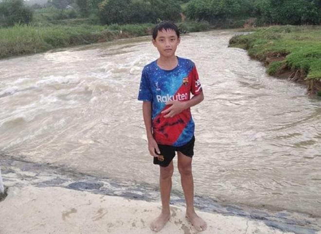 Nam sinh lớp 7 dũng cảm lao xuống dòng nước dữ cứu bé gái 9 tuổi