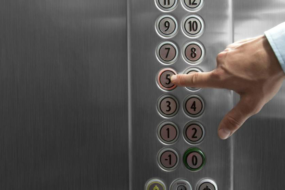 Cách tránh lây nhiễm COVID-19 trong thang máy dân văn phòng cần biết - ảnh 1