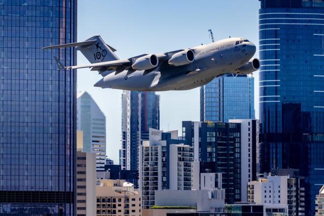 """Thót tim cảnh máy bay """"ngựa thồ"""" của Australia lách qua hàng loạt cao ốc"""
