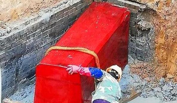 Lão nông xây nhà, đào được quan tài đỏ như máu, vội vàng đốt phi tang - Chuyên gia xót xa: