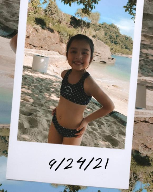 """2 nhóc tì nhà """"Mỹ nhân đẹp nhất Philippines"""" lớn nhanh như thổi, mặc đồ bơi ra dáng hot girl, hot boy nhí"""