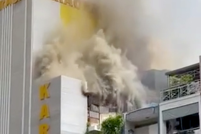 Cháy lớn quán karaoke ở TPHCM, cảnh sát dùng xe thang dập lửa từ trên cao