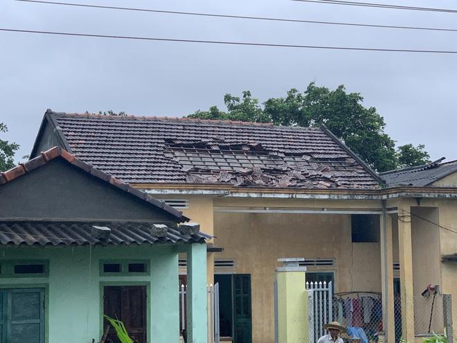 Lốc xoáy dữ dội thổi bay mái 50 nhà dân