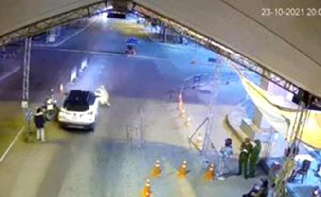 Tông ô tô vào cảnh sát để thông chốt kiểm dịch