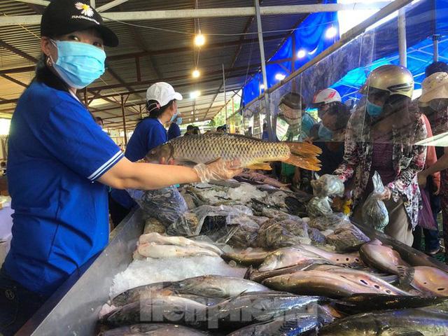 Người dân TPHCM kéo nhau đi mua thịt, cá, tôm, cua… giá rẻ
