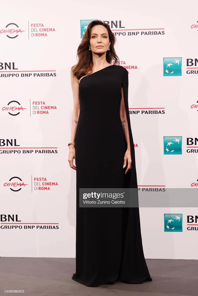 """Angelina Jolie hôm nay lại """"cháy"""": Phút trước nền nã, phút sau đã khoe trọn vòng 1 cực """"bốc"""" như muốn trào khỏi tấm váy Versace"""