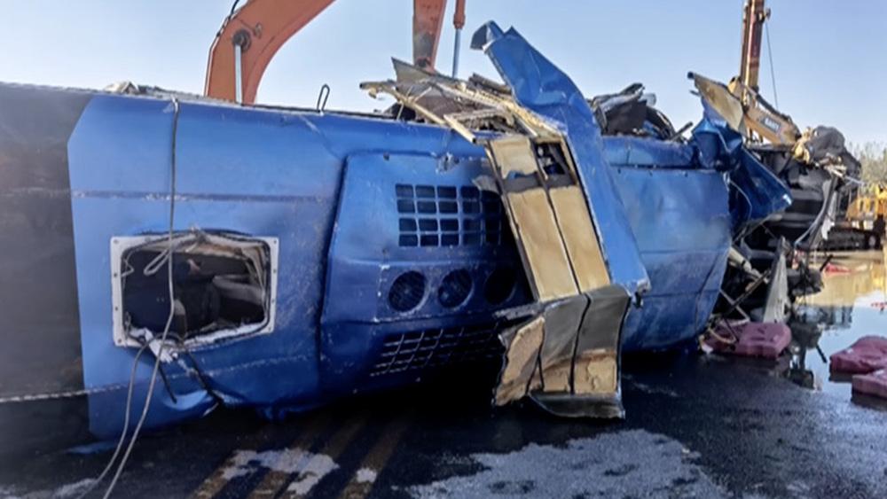 Trung Quốc: Đang chạy, xe buýt bị lũ đẩy xuống sông - ảnh 1