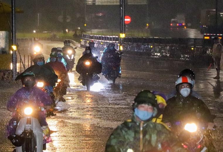 Yêu cầu bảo đảm an toàn cho người dân về quê đi qua khu vực bão, lũ - ảnh 1