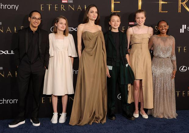 """Angelina Jolie khoe vòng 1 """"cháy khét lẹt"""", con gái diện lại váy mẹ"""