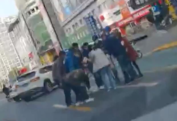 Người phụ nữ bất cẩn làm rách túi khiến tiền bay khắp phố, diễn biến sau đó gây bất ngờ
