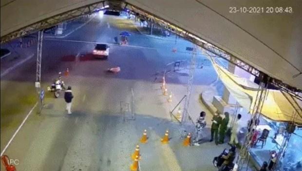 """Bắt giữ đối tượng say rượu, dùng ma túy, lái xe """"thông"""" chốt kiểm dịch"""