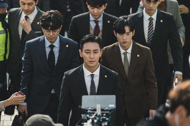 """Tài tử Joo Ji Hoon và đoàn làm phim """"Quý ông"""" bị ong vò vẽ tấn công"""