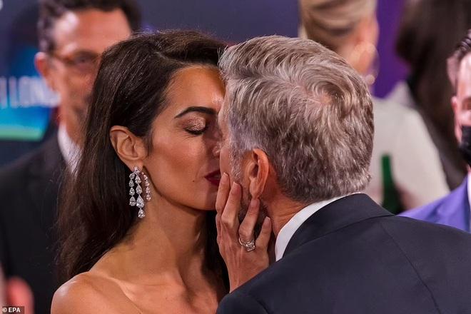 Khoảnh khắc ngọt ngào trên thảm đỏ của George Clooney và vợ kém 17 tuổi - ảnh 1