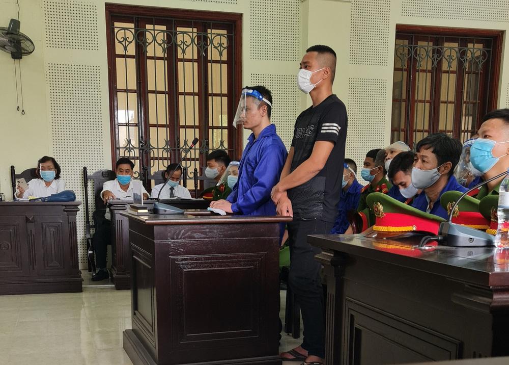 3 thanh niên ném bom xăng để dằn mặt khiến nữ chủ quán bỏng nặng, shop quần áo cháy rụi - ảnh 1