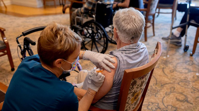 """""""Giảm hiệu quả miễn dịch"""" sau mũi 2 vaccine Pfizer: Có đáng sợ không?; Chuyên gia cảnh báo """"ác mộng"""" cận kề với các nước gần Việt Nam - Thế giới"""