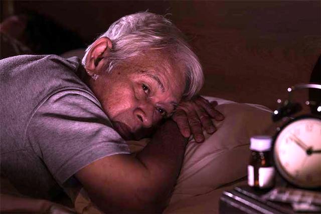 Người cao tuổi nên ăn uống thế nào để có giấc ngủ ngon? - ảnh 1