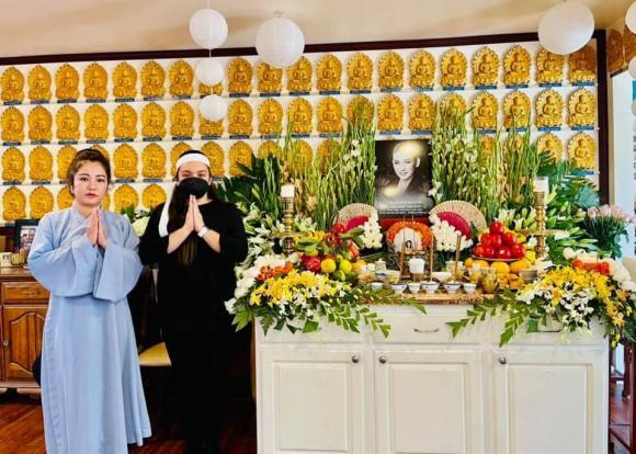 Vừa mắng Hồ Văn Cường ''vô ơn'', Trang Trần đến nhà Phi Nhung cùng gia đình cúng thất thứ 2 cho cố ca sĩ - ảnh 1